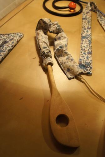 Je retourne les anses à l'aide d'une spatule. J'avais essayé avec une ficelle fixée à l'intérieur mais cela n'a pas été concluant