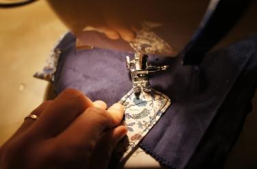 Je fixe les anses sur la doublure avant de coudre l'intérieur et l'extérieur du sac