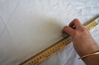 Je trace un grand rectangle dans du coton blanc pour faire le dos.