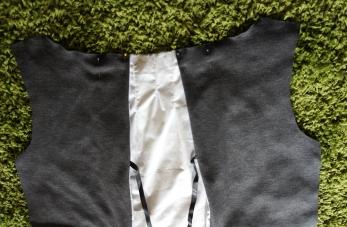 Les pans gris sont assemblés avec le coton blanc et 2 rubans de satin noir permettront de cintrer le dos.