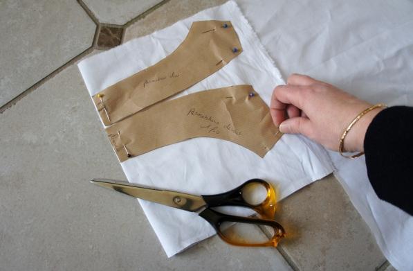 La doublure du col est en coton blanc.