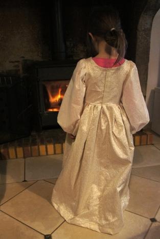 La robe vue de dos.