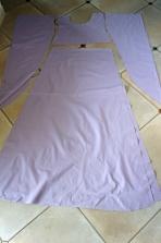 Toutes les pièces de la robe sont découpées, prêtes à être assemblées.
