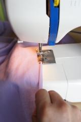Je travaille les finitions des manches avec le pied ourleur.