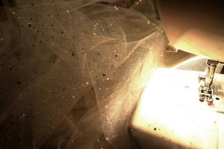 Le bas de la robe en préparation. Du beau tulle à paillettes pour donner de l'éclat à une petite princesse.