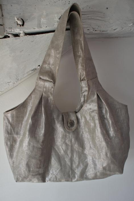 """Sac à main en toile argentée. Patron issu du livre """"Mes sacs en tissu"""" de Dominique Manière aux éditions Mango."""