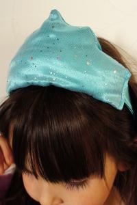 Essayage sur une jolie petite tête pleine de cheveux.