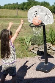 La mini basketteuse en action