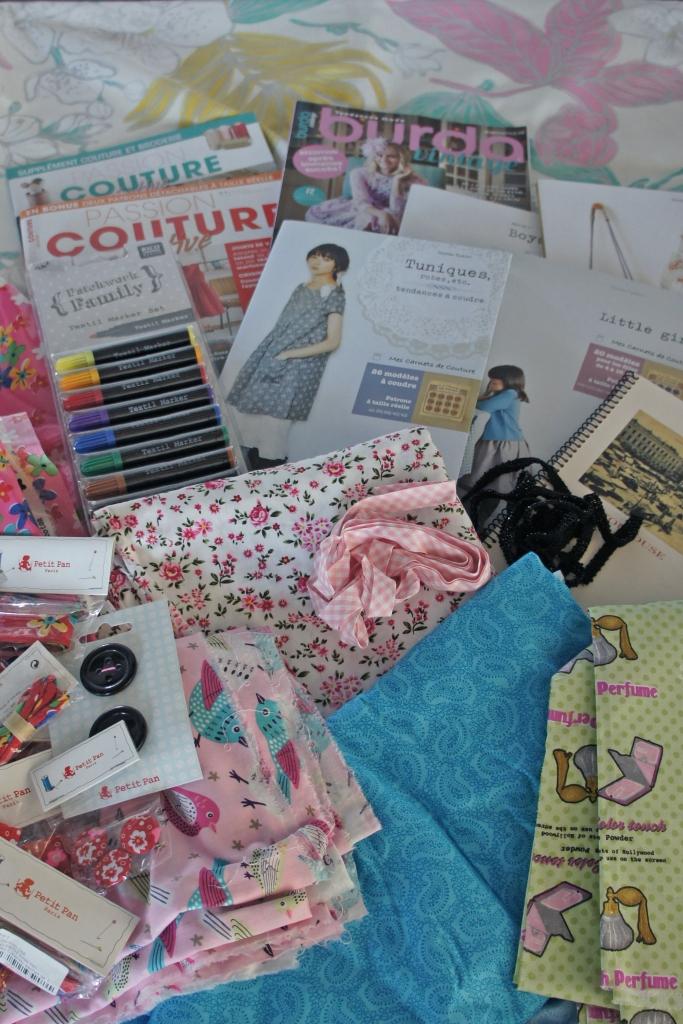 Tissus, livres, patrons... tout ce qu'il faut pour des mois et des mois de couture intensive.