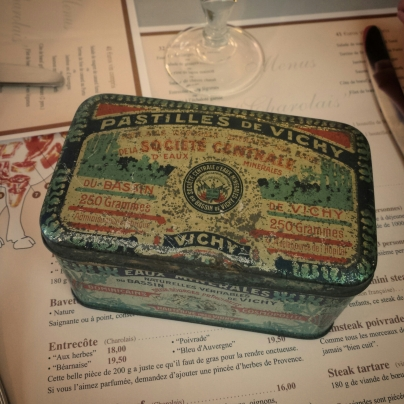 Boîte vintage de pastilles Vichy.
