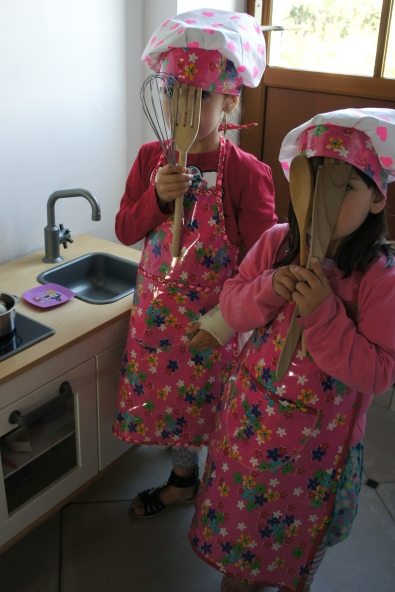 Tabliers et toques pour petites filles.
